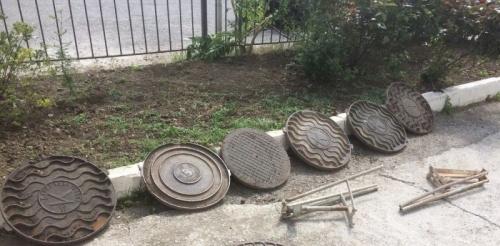 В Ялте полицейские остановили машину с похищенными крышками канализационных люков