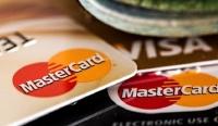 Владельцы кредиток ограничили траты