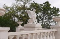 На Митридатской лестнице появились белоснежные грифоны