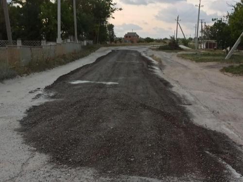 Небрежное помазание асфальтом: В Багерово частично отремонтировали дорогу к школе