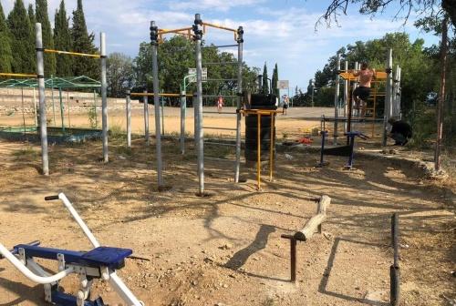 В пгт Никита установят детскую и спортивную площадки