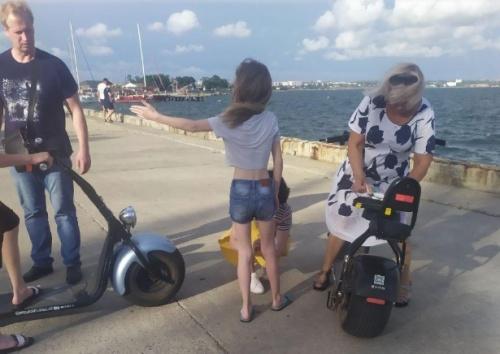 В Керчи на набережной дети на гироскутере сбили пожилую женщину.