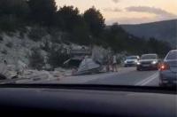 В Севастополе под Инкерманом раскрошило грузовик