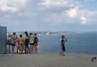 При въезде на Митридат застрял автобус с детьми. Или как туристы в Керчи достопримечательности ищут