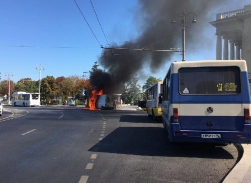 В Севастополе на площади Ушакова загорелся грузовой автомобиль