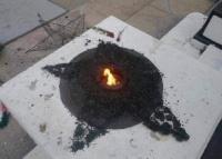 Вандалы в Саках сожгли памятный венок-триколор