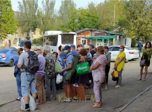 Пока администрация вешает таблички и возлагает цветы, керчане часами ждут автобуса