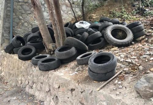 «Альтфатер-Крым» вывозит брошенные нерадивыми гражданами покрышки