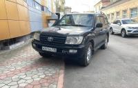 Водители в Керчи продолжают парковать свои авто на тротуарах