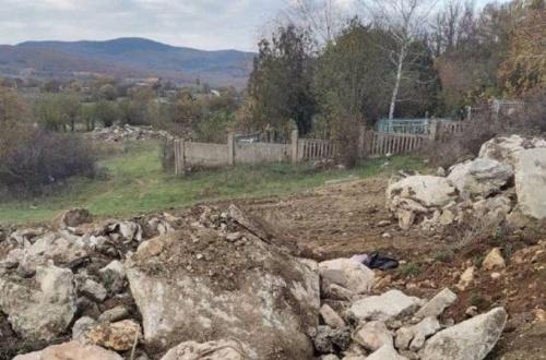 К Туристскому пруду в Севастополе свозят строительный мусор