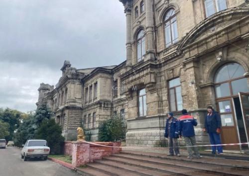 В Керчи около гимназии Короленко начали устанавливать забор