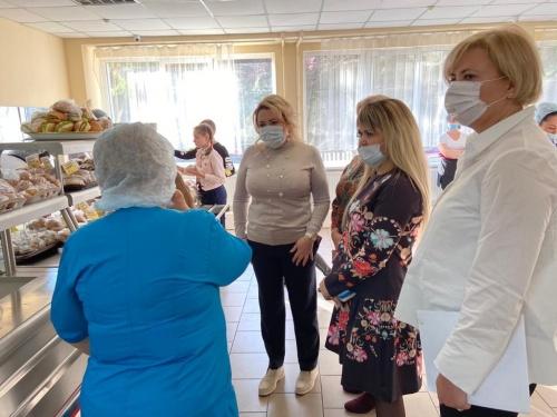 Янина Павленко проверила качество питания в ялтинской школе №1