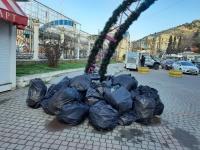 Издалека выглядит как арт-объект – черные камни: на набережной Балаклавы неделю лежат мешки с мусором