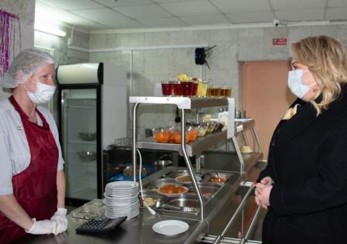 Павленко попробовала, как кормят детей в гимназии Чехова