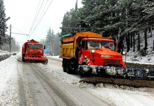 Сотня единиц спецтехники задействована в расчистке снега по всему Крыму