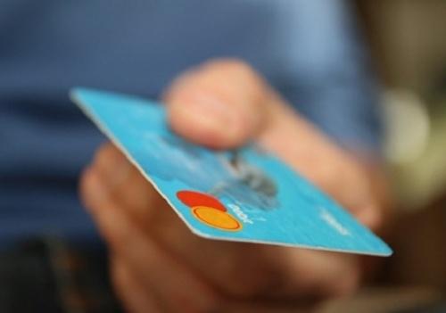 Пенсионеров предложили защитить от мошенничества с банковскими картами