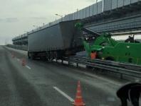 Водитель фуры уснул за рулем и въехал в барьерное ограждение на Крымском мосту