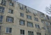 Власти Симферополя призвали горожан сбивать сосульки с крыш и балконов самостоятельно