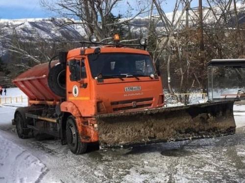 Коммунальные службы Ялты оперативно приступили к расчистке дорог от выпавшего снега