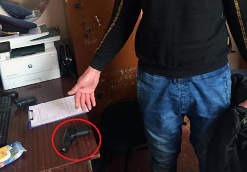 Крымчанин украл пистолет с витрины магазина