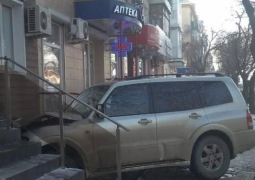 В Евпатории водитель джипа снёс забор и въехал в здание