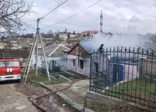 В Севастополе на пожаре пострадали два человека
