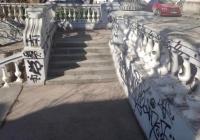 Разрисованную вандалами Таврическую лестницу отреставрируют до конца года