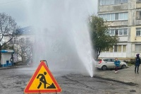 Дорожники повредили водопровод в Ялте и создали многометровый фонтан