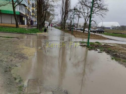 Жители Керчи продолжают ходить по грязи на ул.Ворошилова