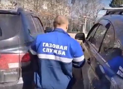 «Газовый аферист» спрятался от севастопольцев в машине