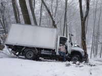 Под Ай-Петри грузовик улетел с заснеженной дороги