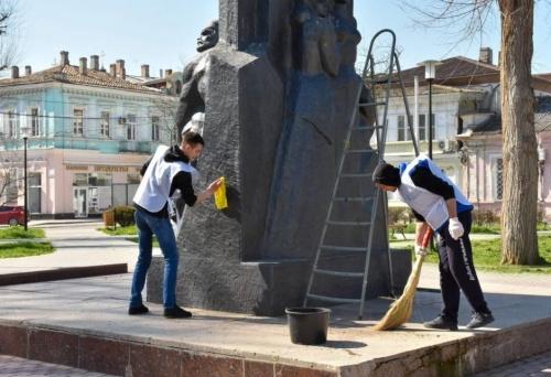 В сквере Коммунаров в Евпатории прошел субботник