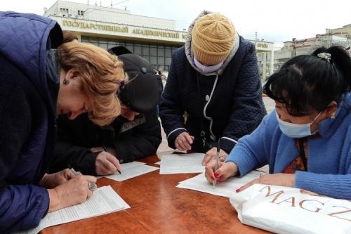 Число медиков увеличили в мобильном пункте вакцинации в Симферополе из-за очередей