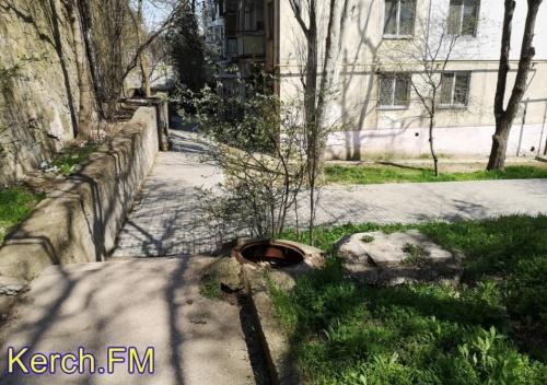 Керчане жалуются на открытый люк на Свердлова