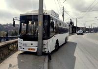 Въехавший в столб севастопольский автобус решил поездить без водителя