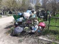 На главном кладбище Симферополя растут свалки