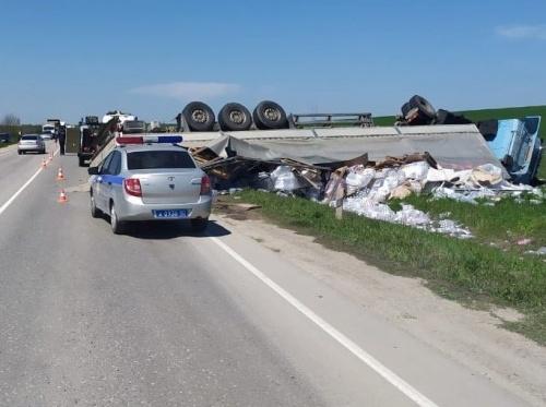 На крымской дороге фура раздавила легковушку: погиб водитель
