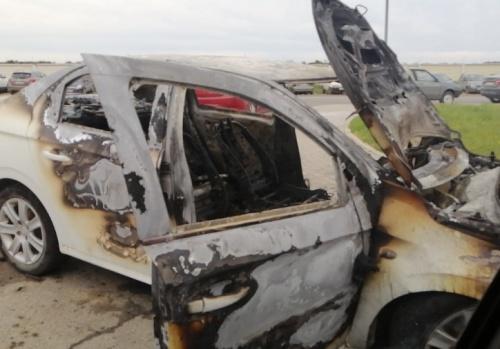 В жилом районе Севастополя по неизвестным причинам сгорел автомобиль