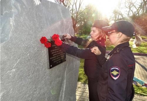 В Керчи сотрудники полиции почтили память павших в ВОВ