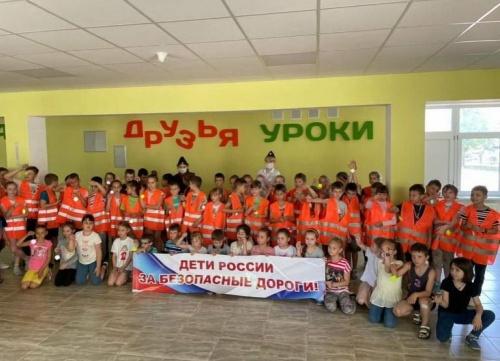 В преддверии празднования Дня России юные евпаторийцы отметили праздник ярким флешмобом во имя безопасности