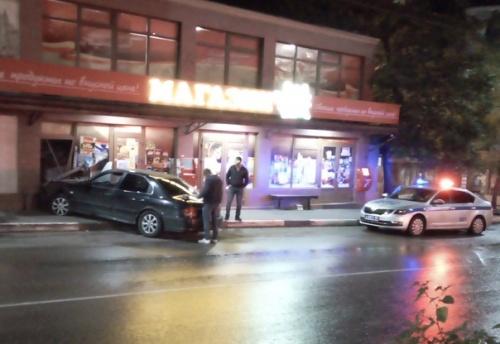 В Ялте автомобиль врезался в магазин