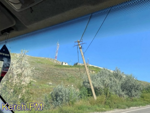 Под Керчью в Юркино бетонные опоры ждут своего часа чтобы упасть на проезжую часть