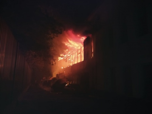 Возле судостроительного завода в Крыму загорелось заброшенное строение