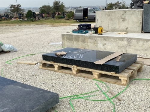 На кладбище Керчи занялись облицовкой будущего монумента