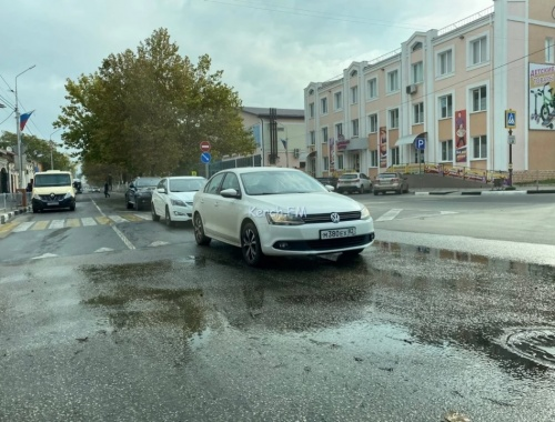 Водоканалу Керчи неделю нет дела до порыва на Пирогова