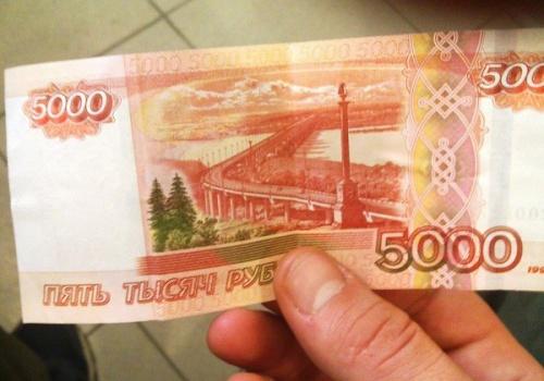 В Крыму задержали мужчин, которые пользовались фальшивыми пятитысячными в Керчи