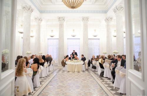 В дворцах, музеях и театрах разрешили открывать рестораны и играть свадьбы