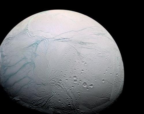 Подо льдами спутника Сатурна ученые нашли океан в котором может быть жизнь