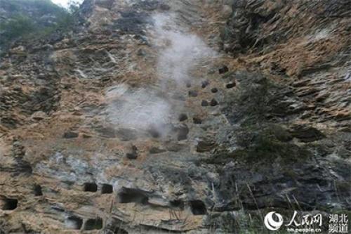 В Китае нашли древнее захоронение из ста висячих гробов