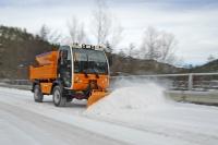 На дорогах Севастополя убирают снег и рассыпают песок пять спецмашин